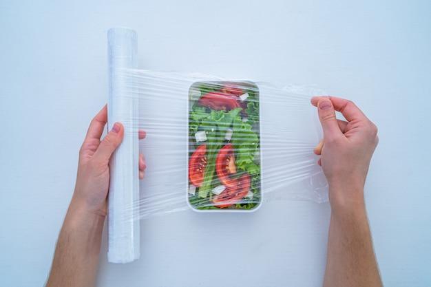 Utilisation d'un film plastique en polyéthylène alimentaire pour le stockage des aliments dans le réfrigérateur à la maison