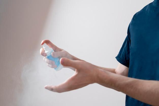 L'utilisation d'un flacon pulvérisateur antibactérien pour se laver les mains, protection contre les désinfectants pour les soins de santé