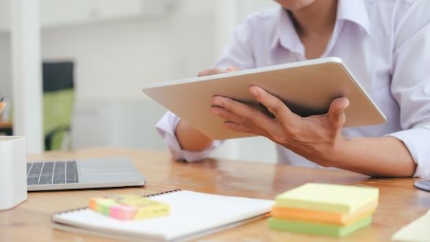 Utilisation de la technologie de connexion en ligne pour les affaires, l'éducation et la communication.