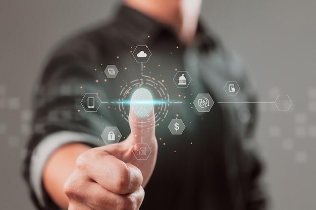 Utilise une application bancaire mobile avec face id et une future interface technologique pour scanner ses empreintes digitales
