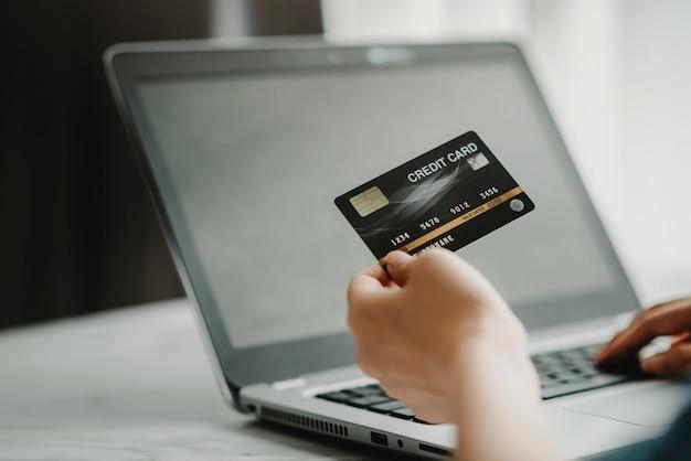Utiliser une carte de crédit pour faire des achats en ligne ou pour payer