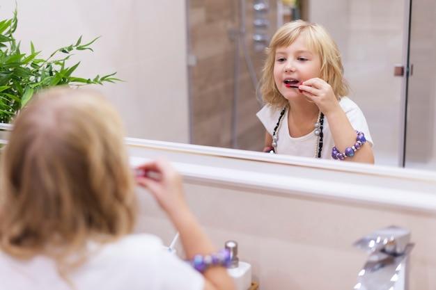 Utiliser du rouge à lèvres de maman