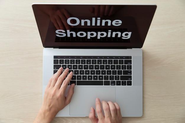 Utiliser un ordinateur portable pour faire des achats en ligne