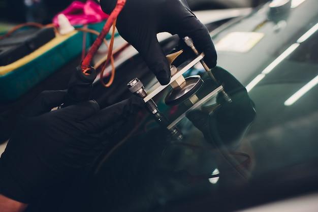 Utiliser des outils de réparation pour réparer le pare-brise fissuré