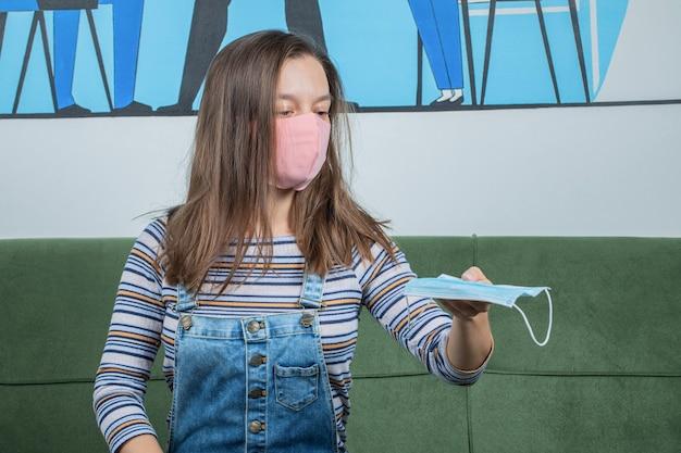 Utiliser des techniques préventives de base de covid et offrir un masque aux autres.