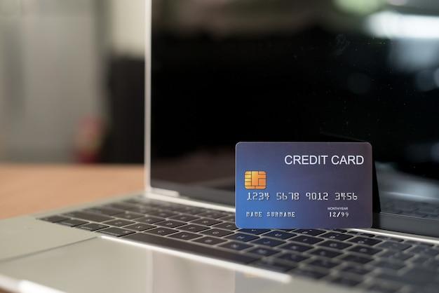 Utilisez des cartes de crédit et des macbooks pour acheter - des images