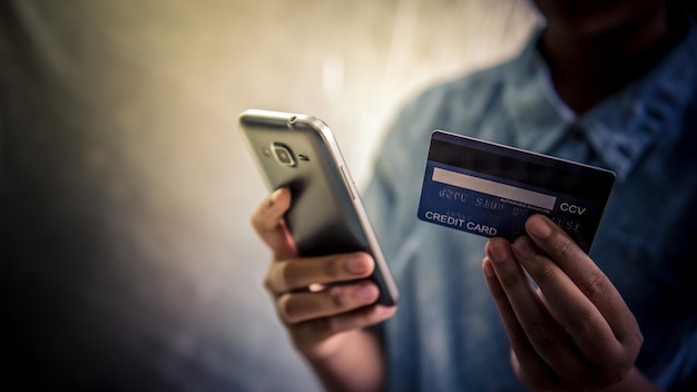 Utilisez des cartes de crédit et des téléphones portables pour acheter - des images