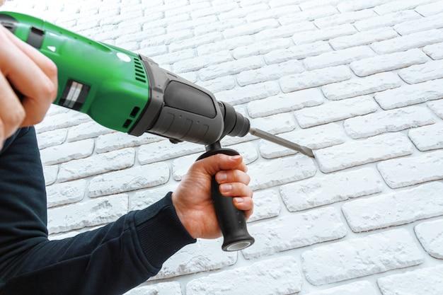 Utilisez un marteau perforateur pour percer le mur
