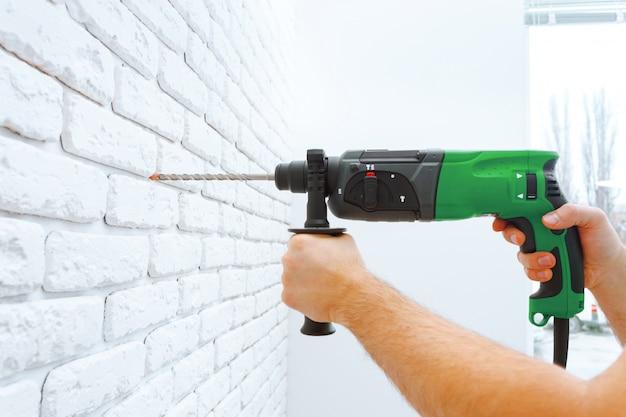 Utilisez une perceuse à percussion pour percer le mur