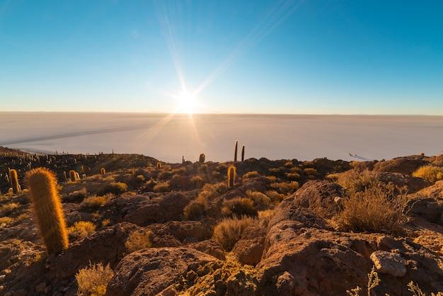 Uyuni salt flat au lever du soleil, destination de voyage en bolivie et en amérique du sud.