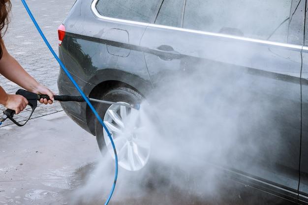 Uzhhorod, ukraine, 15 août 2020 : lavage de voiture en libre-service. laver à l'eau haute pression et à la mousse.
