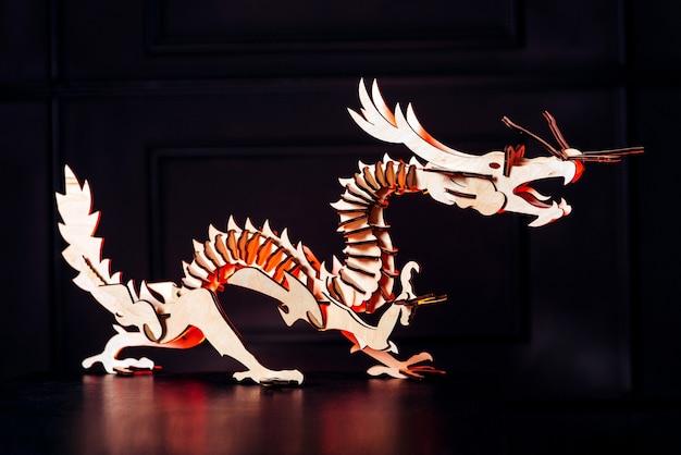 Uzzle. dragon en bois