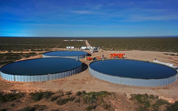 Vaca muerta, argentine, 20 novembre 2015 : extraction de pétrole non conventionnel. réservoirs d'eau pour la fracturation hydraulique.