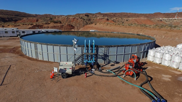 Vaca muerta, argentine, 24 décembre 2015 : réservoir d'eau et de sable dans des sacs, pour la fracturation hydraulique de pétrole non conventionnel.