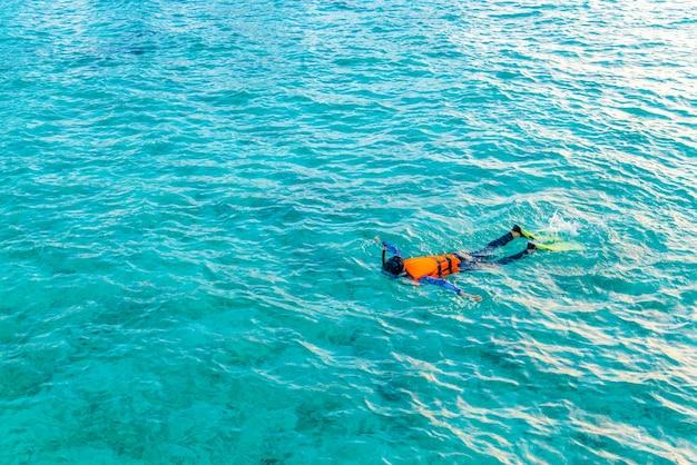 Vacances de bikini sous-marins chauds à la plongée avec tuba