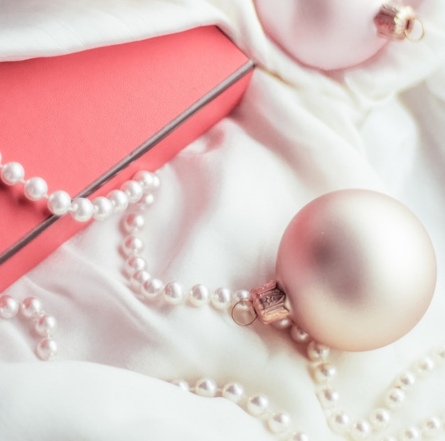 Vacances branding happy donnant et concept de décoration fond de vacances de noël boules festives ...