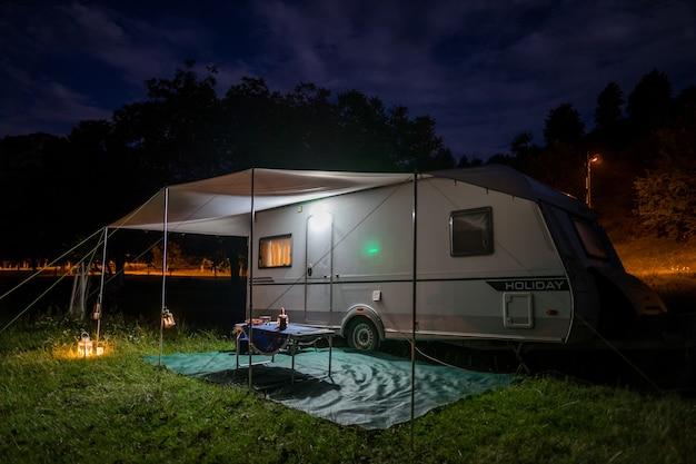 Vacances avec caravane dans la nature