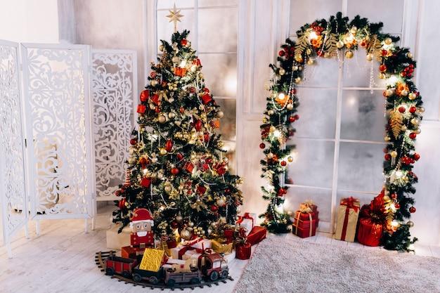 Vacances ou célébration du nouvel an, l'ambiance, intérieur minimaliste élégant de noël