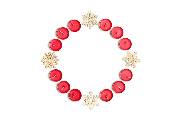 Vacances, concept fête hiver - composition de noël. bougies, flocon de neige, ba blanc
