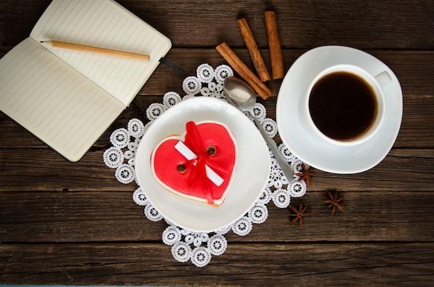 Vacances douillettes. tasse à café, bloc-notes et crayon, épices. vue de dessus