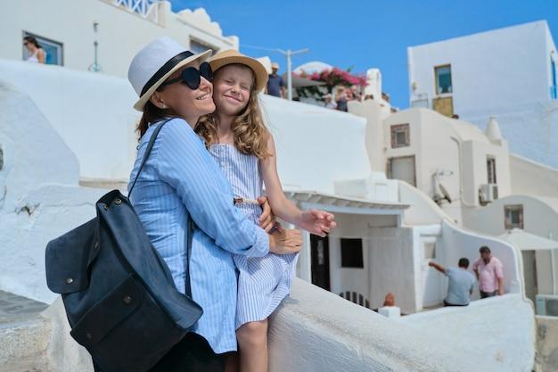 Vacances d'été en croisière en mer méditerranée sur l'île grecque de santorin, le village d'oia, la mère et la petite fille voyagent ensemble