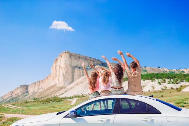 Vacances d'été en famille. concept européen de vacances et de voyage en voiture