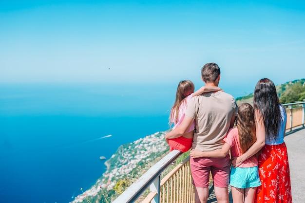 Vacances d'été en italie. jeune famille de quatre personnes sur le fond, côte amalfitaine, italie