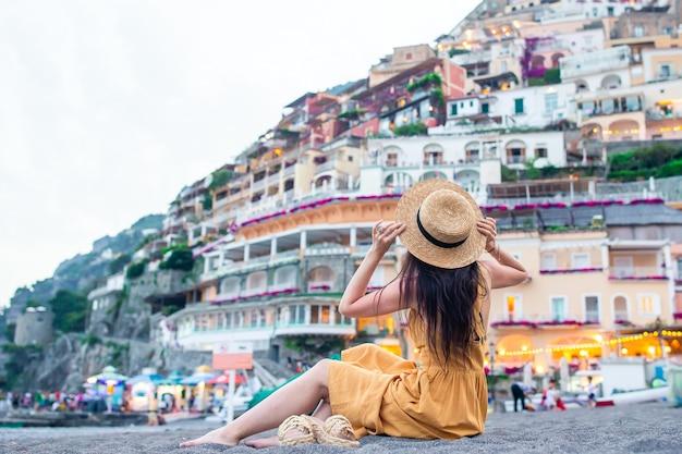 Vacances d'été en italie. jeune femme, dans, positano, village, côte amalfitaine, italie