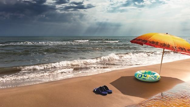 Vacances d'été sur la plage avec du sable doré