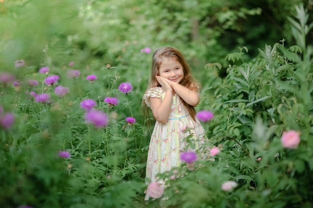 Vacances d'été en plein air pour une petite fille magnifique