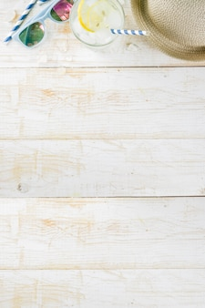 Vacances d'été vacances concept fond chapeau lunettes de soleil glace (limonade mojito) fond en bois blanc