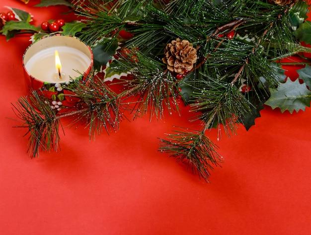 Vacances en famille, arbre de noël fond rouge avec et bougies de noël