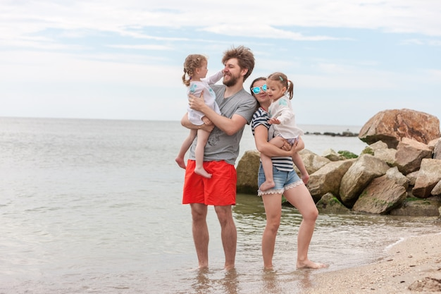 Vacances en famille parents et enfants sur la journée d'été en bord de mer
