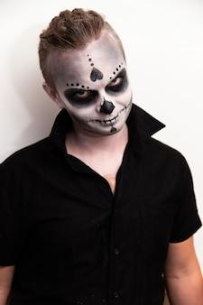 Vacances d'halloween, portrait d'un homme avec du maquillage.