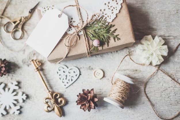 Vacances d'hiver aux tons vintage confortable composition de noël avec des boîtes-cadeaux et des boules, fond en bois de pommes de pin. photographie stylisée pour les articles de blog.