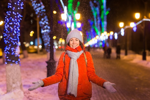 Vacances d'hiver noël nouvel an concept drôle femme heureuse passer du temps à s'amuser près