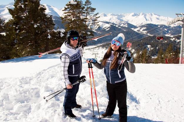 Vacances d'hiver - portrait de skieurs dans la station de ski.