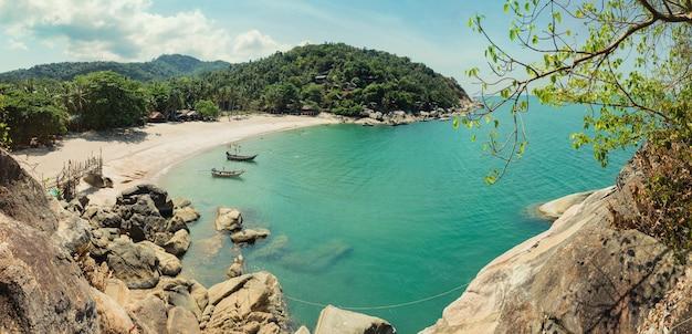 Vacances sur une île tropicale en thaïlande avec lagon de la mer émeraude. panorama du haut sur la plage de sable blanc et les bateaux.