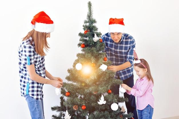Vacances, noël et concept de célébration - héhé, décoration d'arbre de noël en vacances sur fond blanc.