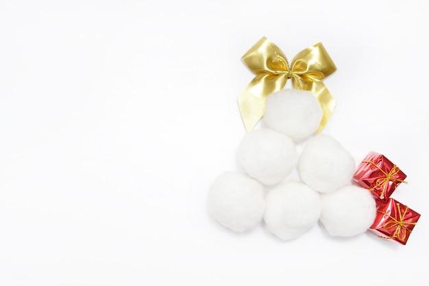 Vacances de noël et du nouvel an, le fond de l'arbre en jouets. carte de voeux de nouvel an