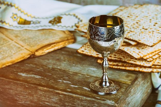 Vacances pessa'h avec vin et matzoh sur fond rustique avec espace de copie