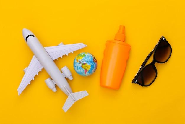 Vacances à la plage, voyage à plat. vue de dessus des accessoires de voyage sur jaune