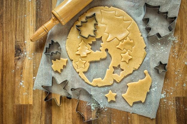 Vacances, préparations de noël. cuisson des biscuits de noël. formes et produits pour les biscuits.