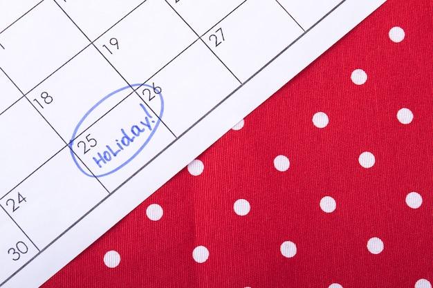 Les vacances sont encerclées dans un calendrier en attente d'un jour spécial marqué par un marqueur bleu