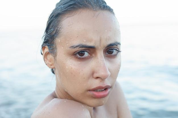 Vacances, station balnéaire, concept de tourisme - belle et jolie femme en bikini noir. jeune fille sportive posant sur une plage en été.