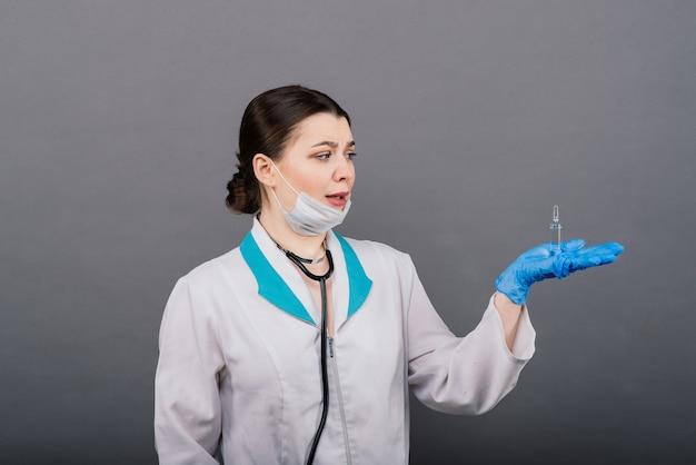 Vaccin contre le coronavirus covid-19. médecin scientifique avec une seringue analysant le virus sars-cov-2 dans la recherche d'un vaccin prêt pour l'essai clinique.