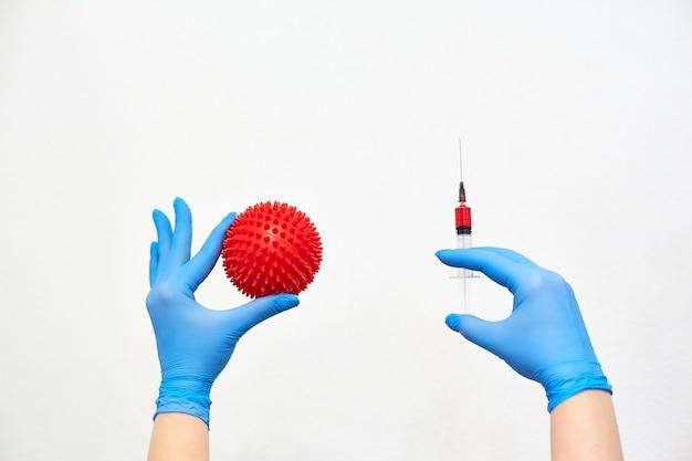 Vaccin contre le coronavirus, vaccination de la population contre la maladie, lutte contre l'épidémie, mains dans des gants médicaux tenant une seringue avec des médicaments