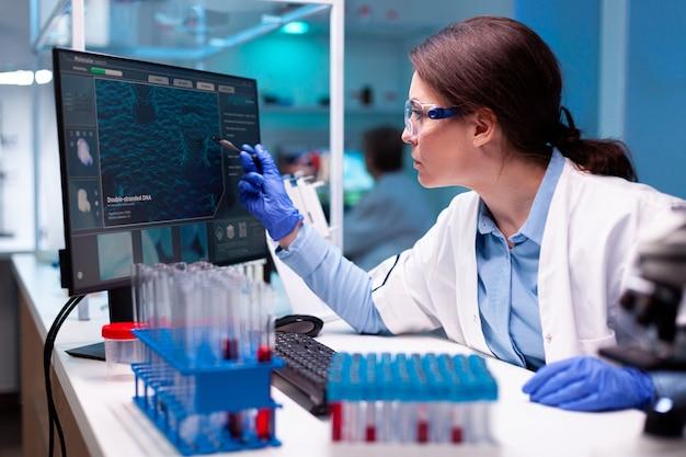 Vaccin de génie médical de biochimiste dans le laboratoire de microbiologie, faisant la recherche