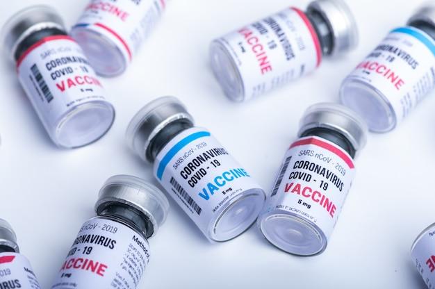 Vaccin viral sur fond blanc en laboratoire scientifique, coronavirus covid-19 maladie médecine infection grippe épidémique, recherche sur les soins de santé