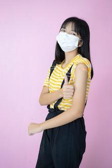 Vaccination de la belle jeune fille, porter un masque.